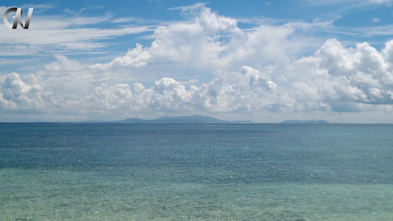 青い空と海、白い雲と島(だんちゃんロゴ付き)